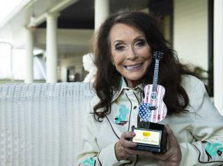 Loretta Lynn holding Cracker Barrel Country Legend Award