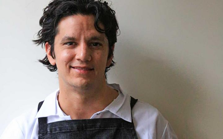 A brown-haired man in an apron