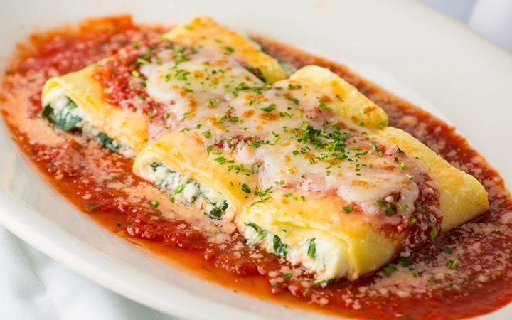 Canneloni with ricotta filling and marinara sauce