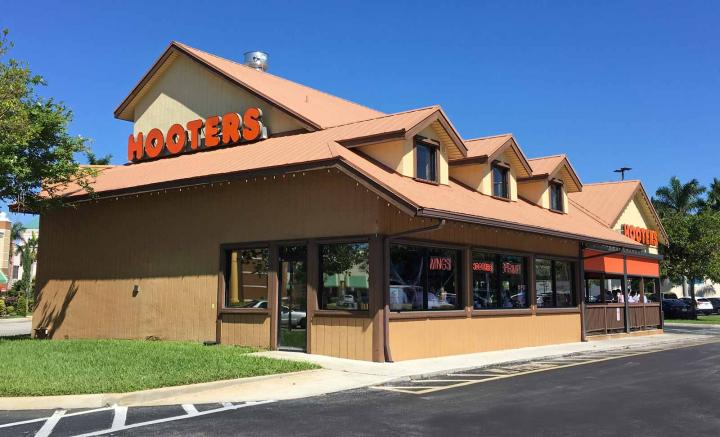 Hooters location in Ft. Lauderdale as seen from the outside.